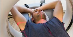 мужчине делают МРТ щитовидной железы